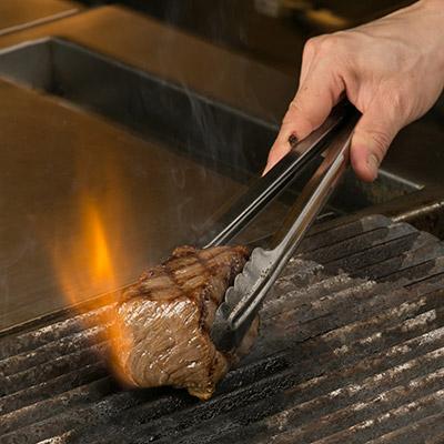 厳選された肉を一流のシェフが焼き上げる